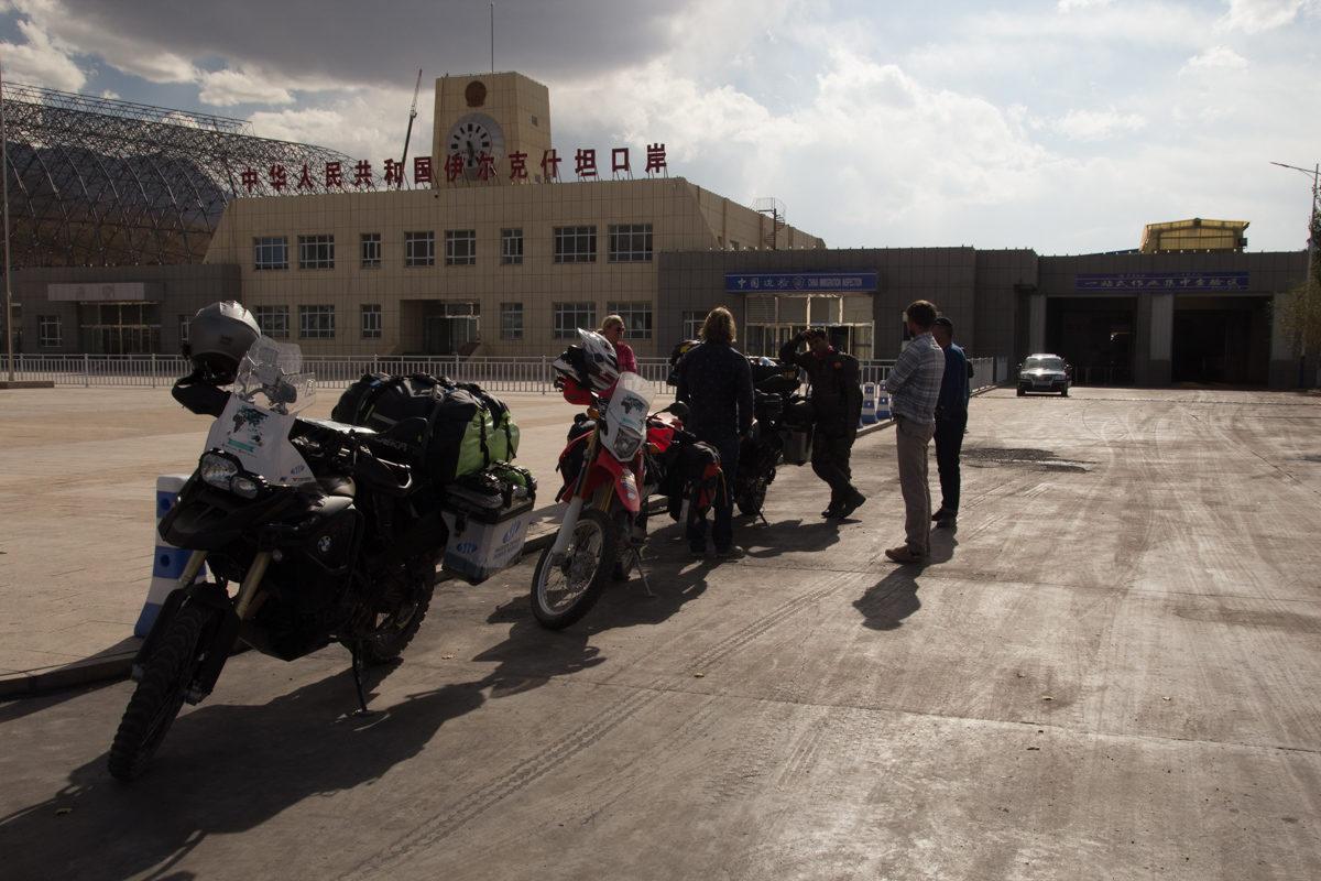 Prowincja Xinjiang- gdzie bluszcz porasta kolczasty drut